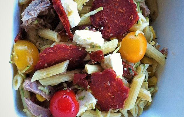 Salade terre-mer: pennes, chorizo, thon, courgettes et maïs