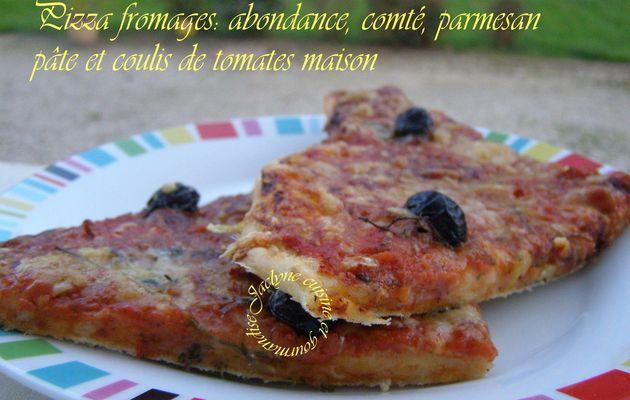 Pizza aux fromages: Abondance, comté, parmesan Pâte et coulis de tomates maison