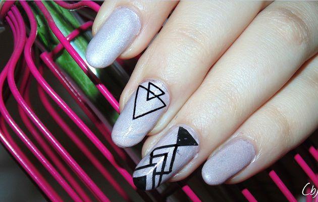 Un peu de modern ?   |   Nail Art Graphic + revue Vernis Essence