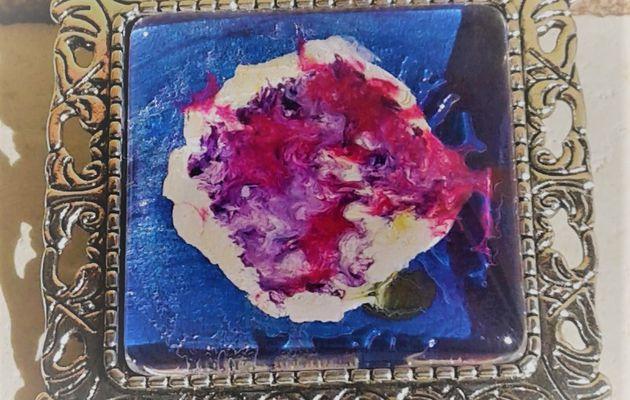 20 euros la broche mini toile peinte sur bijou carré 25x25 mm, fond bleu, blanc, rose, rouge, parme, mauve, jaune, fushia, création française, pièce unique, oeuvre originale LACIK, l'atelier créatif d'isabelle krief pour france handi art.  J'ai préparé le fond blanc pour peindre cette petite toile directement sur le bijou. Puis, avec les couleurs primaires, bleu, rouge, jaune, j'ai obtenu des volutes de parme, rose, fushia, vert, la patine est blanche. J'utilise de la peinture acrylique et du vernis laque de peintre, tout est à l'eau, sans danger et la broche est en métal argenté vieilli, sans nickel.  Cette broche est aussi un pendentif, voir au dos, il y a les 2 systèmes d'accroche.  La broche accessoirise tout type de vêtement, même les pantalons, accrocher une broche au bas d'un jean, ça donne un effet bluffant, sur un sac aussi, une écharpe, un snood, une casquette, la broche, l'accessoire indispensable.
