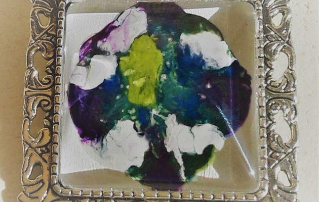 20 euros la broche mini tableau original peintsur bijou carré 25x25 mm, blanc, bleu, jaune, vert, parme, mauve, violet avec une patine de blanc, création française, pièce unique, oeuvre originale LACIK, l'atelier créatif d'isabelle krief pour france handi art.  J'ai préparé le fond blanc pour peindre cette petite toile directement sur le bijou. Puis, avec les couleurs primaires, bleu, rouge, jaune, j'ai obtenu des volutes de vert, parme, violet, la patine est blanche. J'utilise de la peinture acrylique et du vernis laque de peintre, tout est à l'eau, sans danger et la broche est en métal argenté vieilli, sans nickel.  Cette broche est aussi un pendentif, voir au dos, il y a les 2 systèmes d'accroche.  La broche accessoirise tout type de vêtement, même les pantalons, accrocher une broche au bas d'un jean, ça donne un effet bluffant, sur un sac aussi, une écharpe, un snood, une casquette, la broche, l'accessoire indispensable.