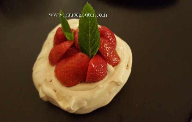 Petite pavlova aux fraises et à la menthe