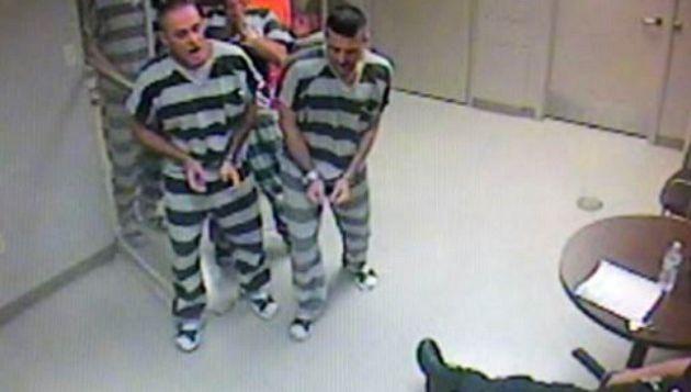 ( VIDÉO ) Insolite: des détenus forcent leur cellule pour sauver un gardien qui fait une crise cardiaque!