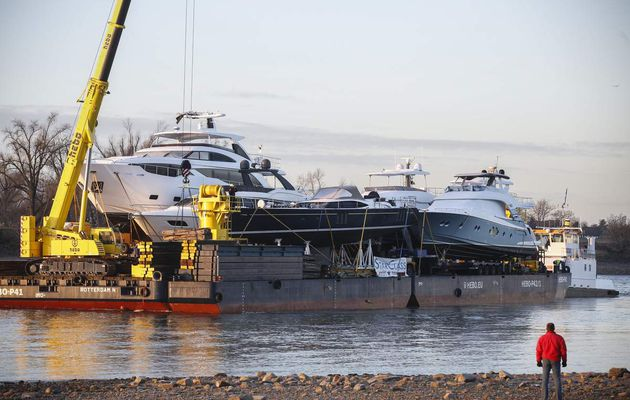 Pontoon carrying €20 millions luxury yachts, arrives Boot Düsseldorf