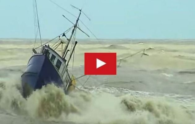 VIDEO - Fishing boats nearly capsize, entering the Greymouth River (NZ)