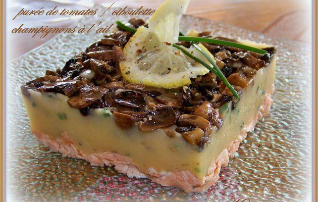 Timbale de saumon , purée de tomates , ciboulette et champignons à l'ail