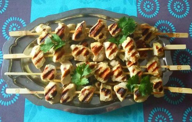 Brochettes de poulet marinées au lait de coco et au curry