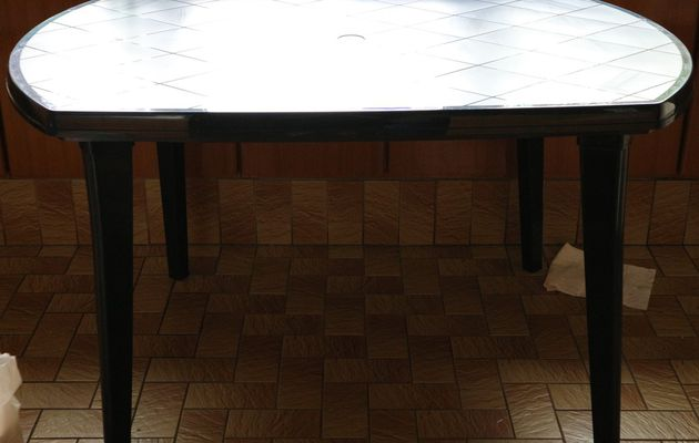 AJ008 - table de jardin rectangle (bord arrondis) - 20€
