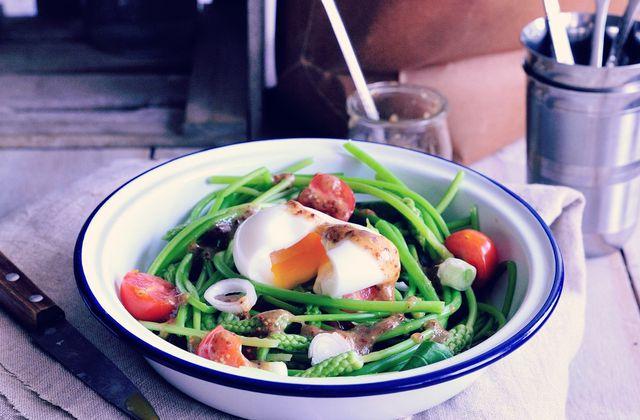 Salade d'asperges sauvages {vinaigrette à l'ail et oeuf mollet}