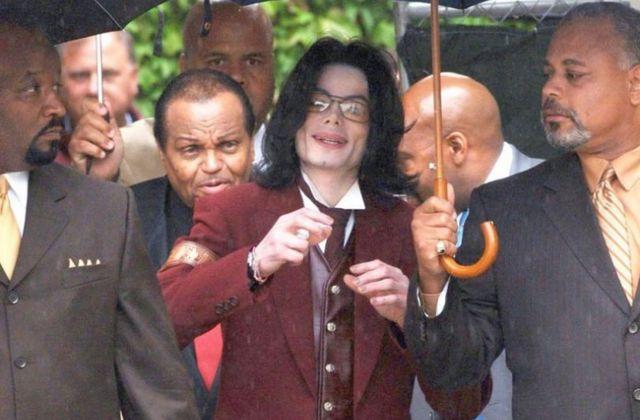 Observation des réactions des Jurés après le procès de MICHAEL JACKSON en 2005.