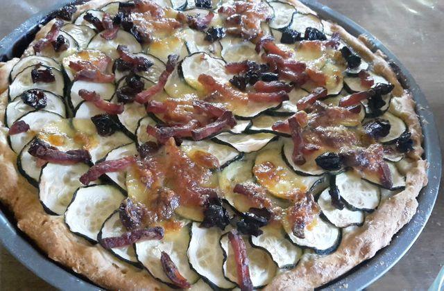 Pizza courgettes, lardons, tomates confites et mozzarella