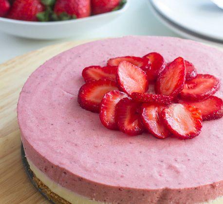 Gâteau au chocolat blanc et mousse au fraise