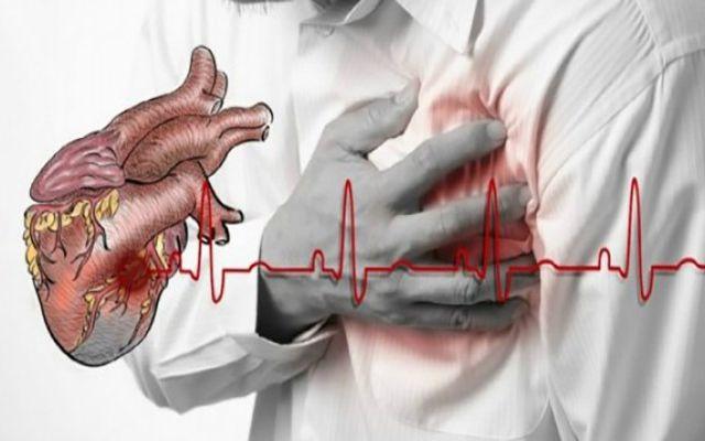 Voir comment survivre à une crise cardiaque quand vous êtes seul. Sauve des vies!