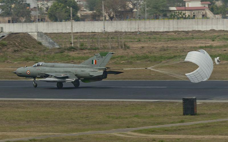 Un MIG-21 indien s'écrase, le pilote se tue.