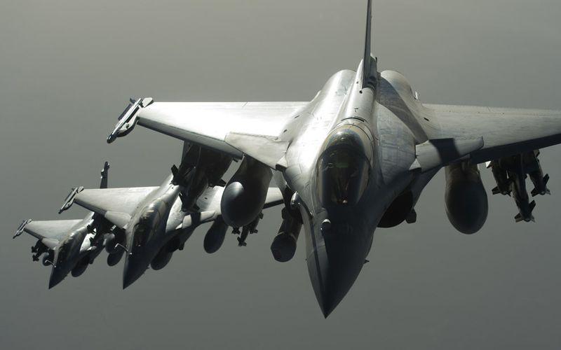 La France effectue ses premières frappes aériennes en Syrie