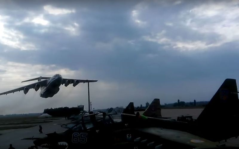 VIDEO - Impressionnant passage bas d'un Il-76 ukrainien