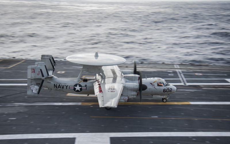 Un brin d'arrêt se coupe lors de l'appontage d'un E-2C Hawkeye et blesse 8 marins