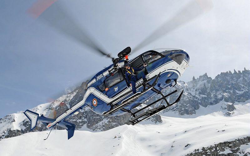 Un hélicoptère EC-135 de la Gendarmerie Nationale visé par des fusées d'artifice