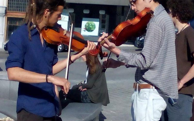 Violonistes jouant sur l'espace public à Bruxelles