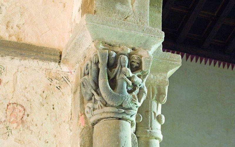 La sirène à double queue allaitant sa progéniture dans l'Église de San Vicente (Serrapio)