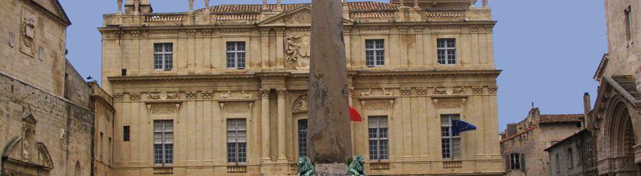 ARLES CITE ROMAINE ET PROVENCALE - SAINT TROPHIME - LA CITE ET LES ARENES -