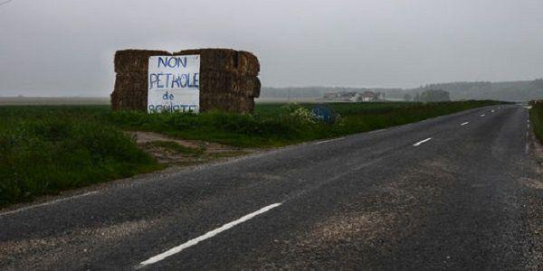 Des opposants au pétrole de schiste s'enchaînent sur un forage près de Paris