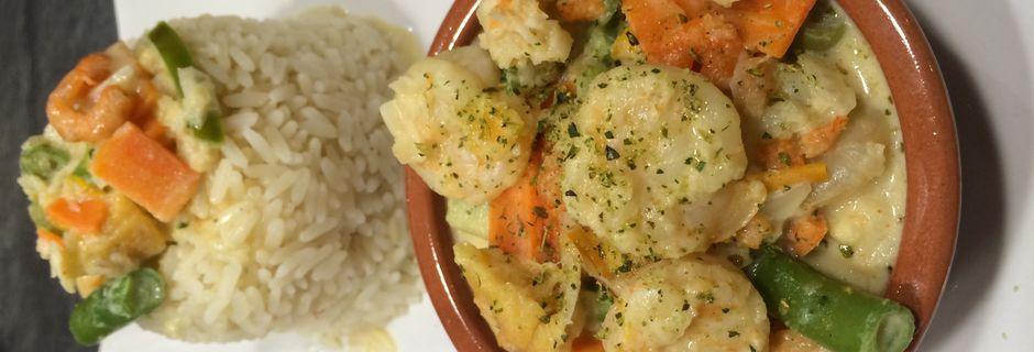 Nage de crevettes aux petits légumes