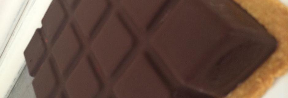 Tablette framboise, mousse au chocolat blanc, et coque en chocolat