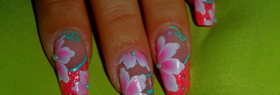 Nail art fleurs rose, nail art girly, nail art octobre rose