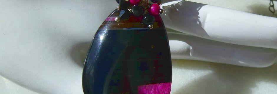 Agathe NoBlouse - Pendentif goutte en Agate géode noire et tranche fuchsia avec un bouquet de petites perles