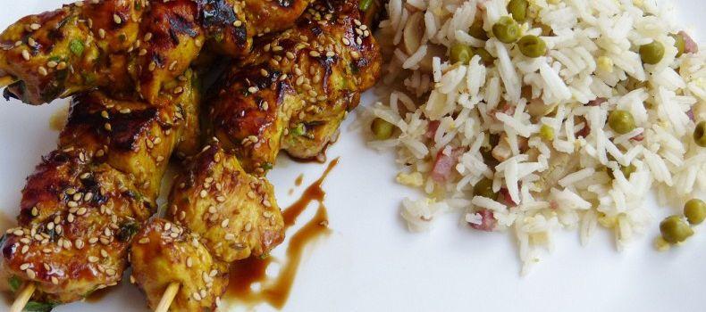Brochette de poulet caramélisé à la sauce soja sucrée et graines de sésame