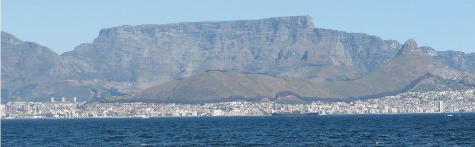 La Table Mountain vue de Robben Island en Afrique du Sud