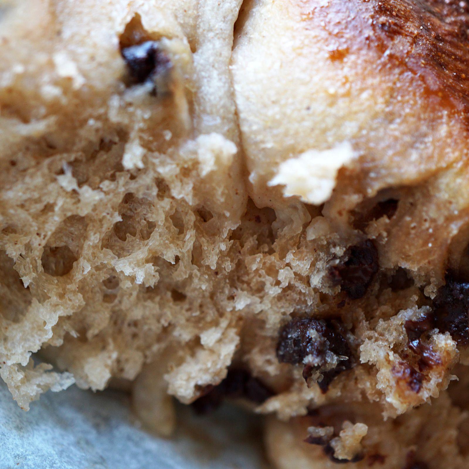 Hot cross buns à la farine de châtaigne et pépites de chocolat