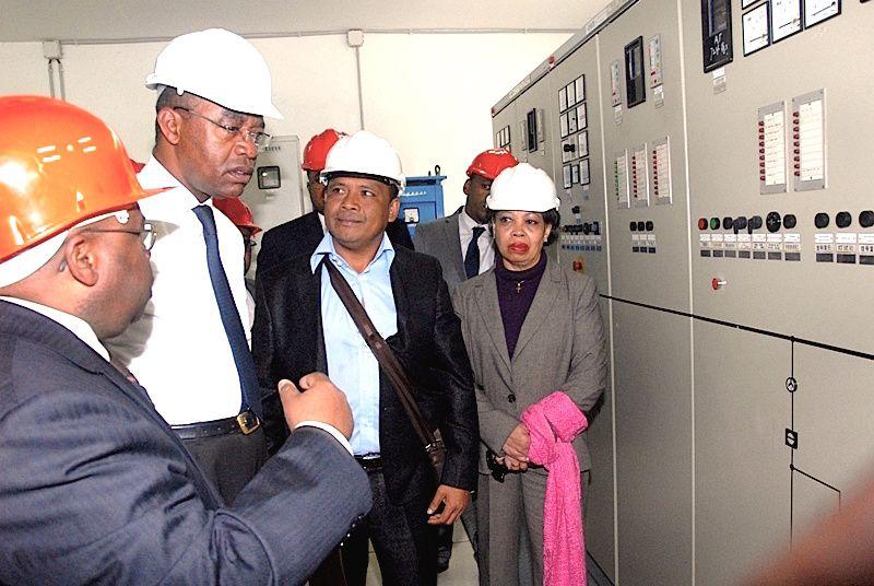 L'ancien ministre de l'énergie, Fienena Richard (au centre, 2e à partir de la gauche) ici en visite d'une centrale électrique de la Jirama accompagné notamment par le Directeur Général de celle-ci, Rasidy Désiré (au premier plan). Le ministre fut limogé du gouvernement en octobre dernier, faute de résultats sur les problèmes de délestage qui touchent l'ensemble du pays, selon la version officielle. Mais à vouloir mener une restructuration et un audit pour une gestion transparente et saine de la Jirama, d'aucuns affirment qu'il est victime des groupes de pression qui lorgnent sur la manne financière générée par l'approvisionnement en carburants de la Jirama.