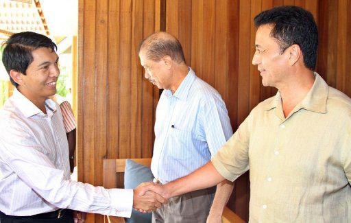 Poignée de mains entre Andry Rajoelina (à gauche), le Président de la Transition à Madagascar, et, Marc Ravalomanana, le Président qu'il a chassé du pouvoir en mars 2009. A travers cette image de façade, les deux protagonistes à la crise malgache n'ont jamais su joindre leurs paroles aux actes entraînant le pays dans un gouffre politique et économique.