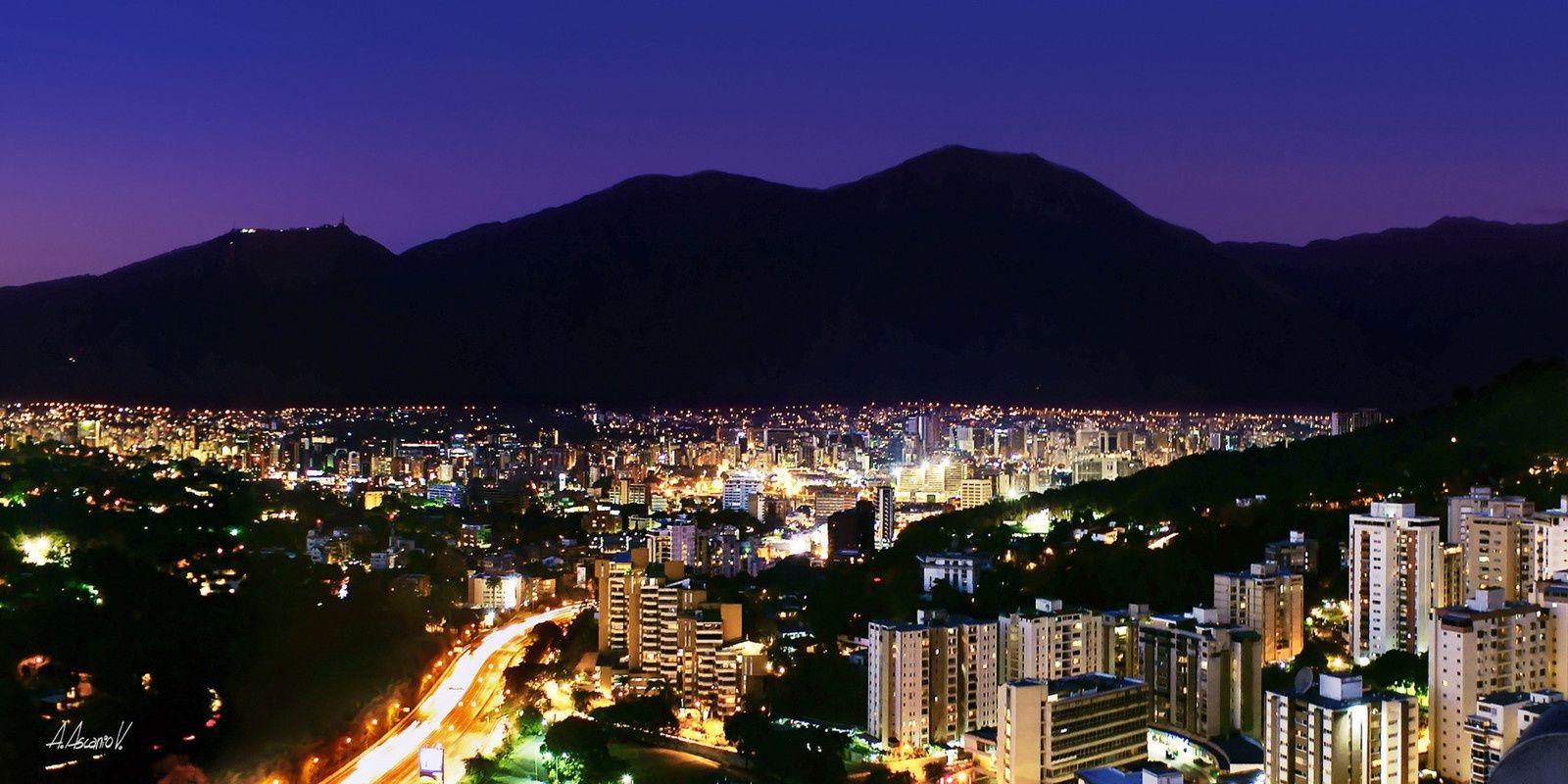 Caracas de nuit avec la silhouette de l'Avila en fond