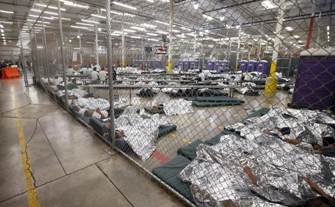 Les détenus dorment et regardent la télévision dans une cellule où des centaines d'enfants immigrants sont détenus au centre de placement des douanes et de la protection des frontières des États-Unis. 18 juin 2014  (Ross D. Franklin-Pool / Getty)