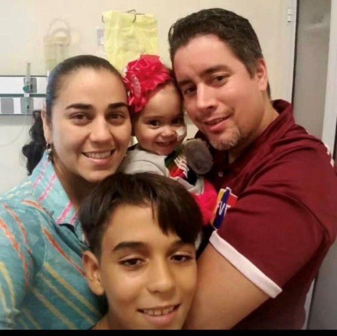 La famille d'Isabella a dû tout quitter au Venezuela pour s'installer à Buenos Aires afin d'accompagner la jeune fille dans son traitement d'une grande complexité, fabriqué à Buenos Aires et financé par le Venezuela. PHOTO: LA FAMILLE D'ISABELLA