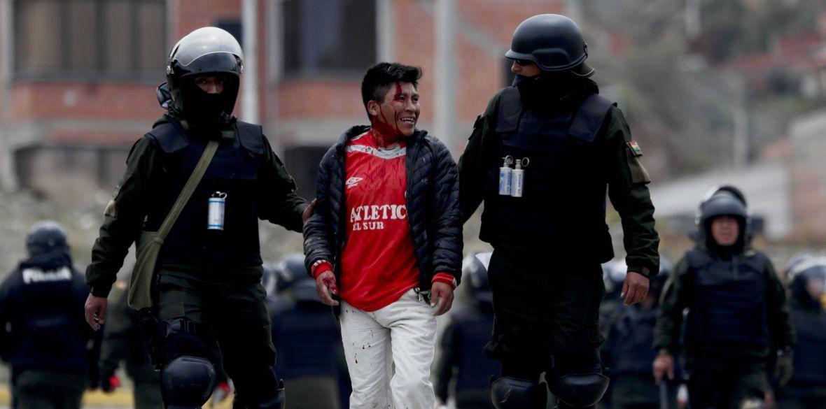 Photo Morning Star - La police arrête un partisan de l'ancien président Evo Morales lors d'affrontements au sud de La Paz, en Bolivie, aujourd'hui