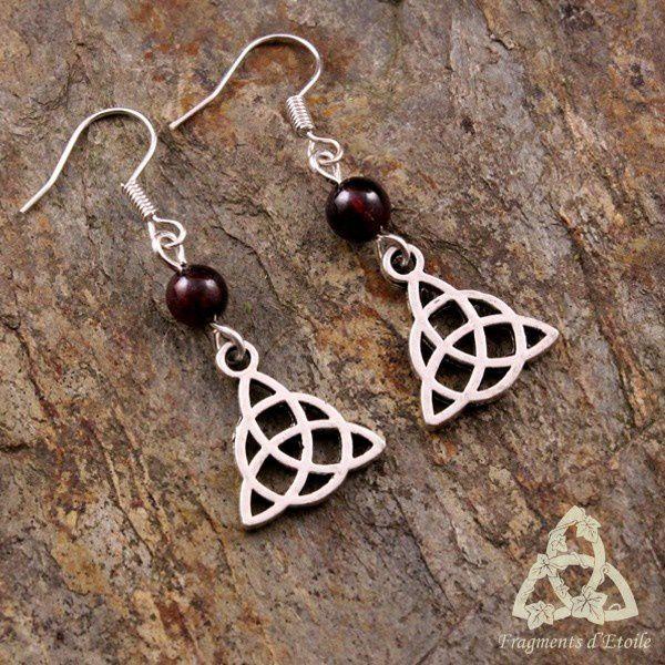 Boucles d'oreilles celtique Melora Triquetra argenté Grenat rouge foncé médiéval férique gothique païen wicca ésotérisme