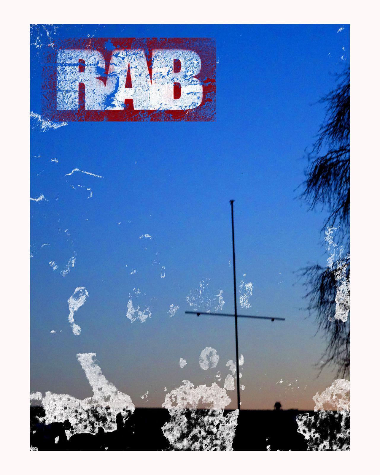 rab...se cacher derriere des volets