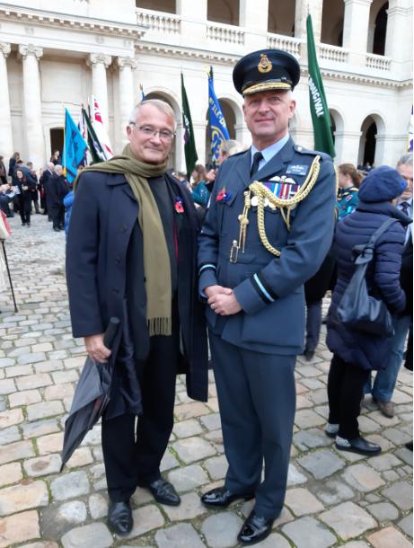 photo François CHARLES et le Général Tim BELOW - S.E L'ambassadeur de Grande Bretagne au milieu de deux vétérans