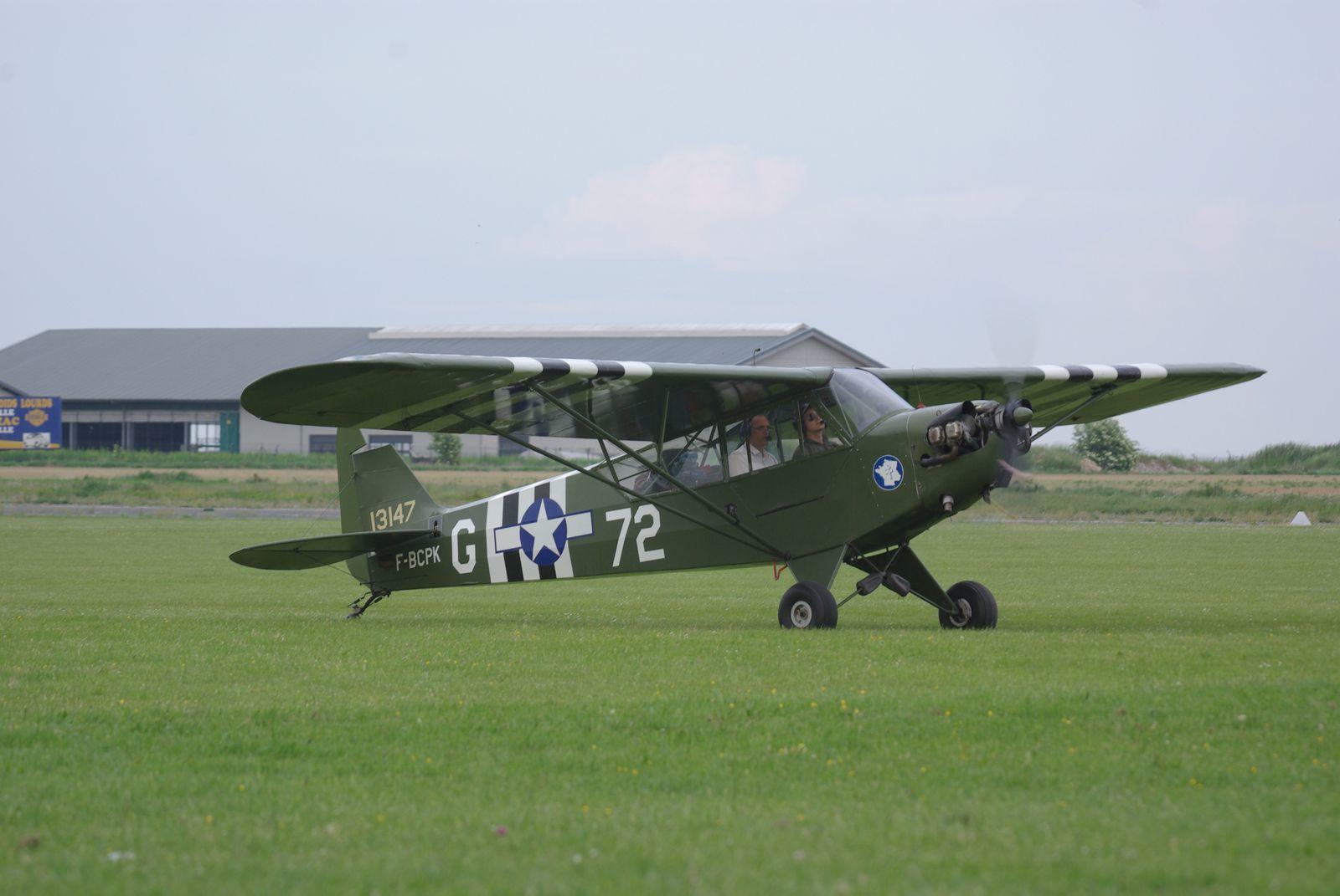 Un visiteur avec le Piper J-3 Cub F-BCPK.