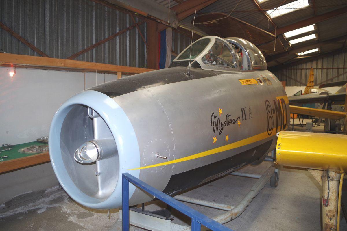 Le nez d'un Dassault Mystère IVA. Il y a eu un cockpit F-84G qui a depuis retrouvé son propriétaire.