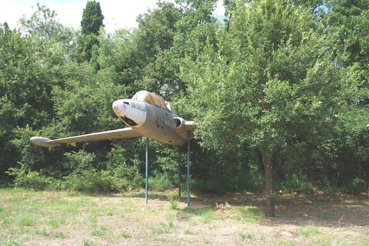 Le Fouga CM-170 Magister N°05 va être descendu de son piédestal.