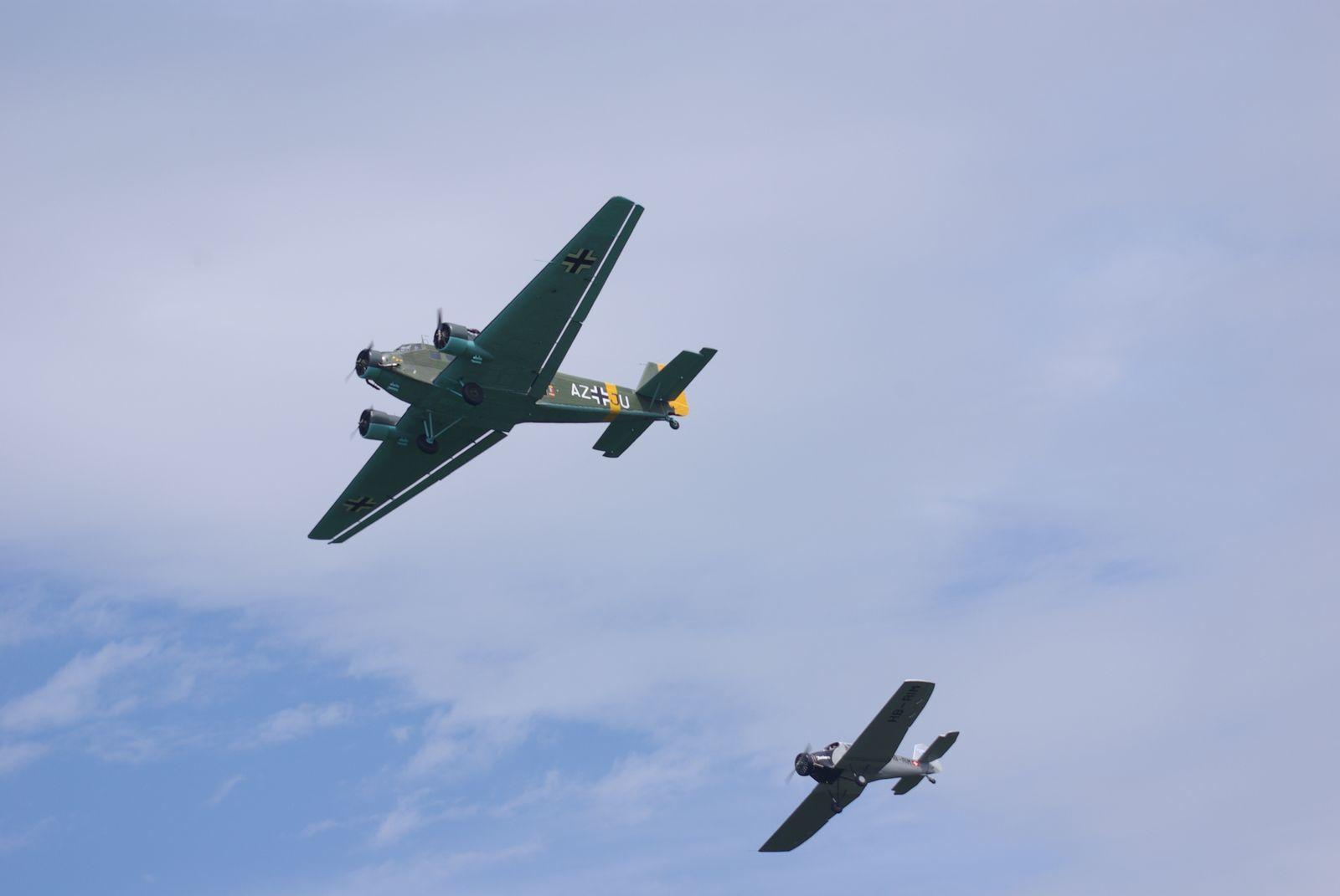 Le Junkers 52 F-AZJU, de l'AJBS, après de grands travaux d'hiver et les capots verts accompagné de la réplique de Junkers F13.