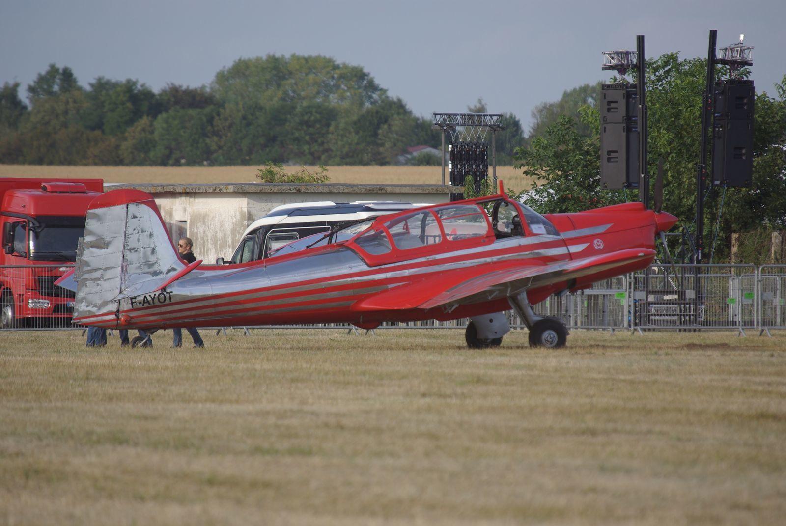 Le magnifique Morane Saulnier 733 F-AYOT présenté en statique.