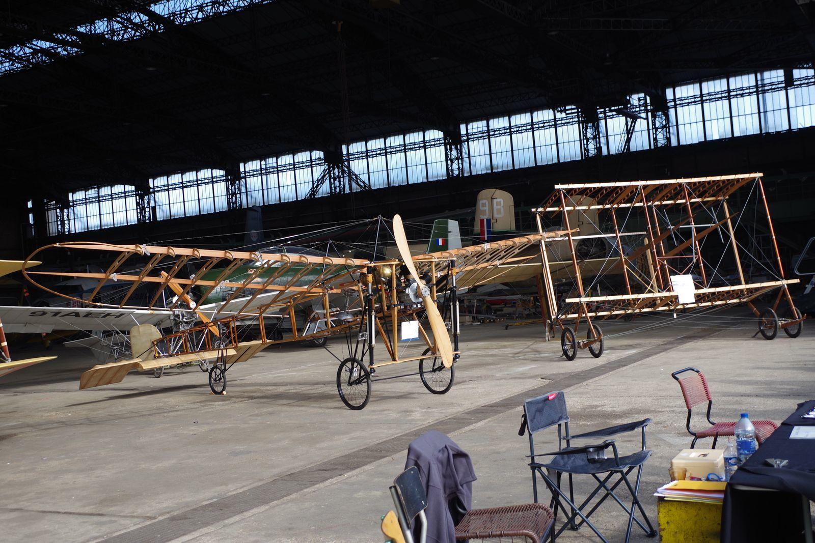 Le Blériot XI désormais en croix et le Farman F-40 deux réplique construites par l'AMPAA (Association des Mécaniciens Pilotes d'Aéronefs Anciens) de Melun.