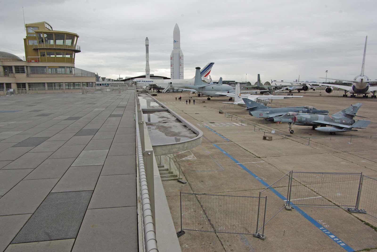 Carte postale avec la tour et les avions du parking.