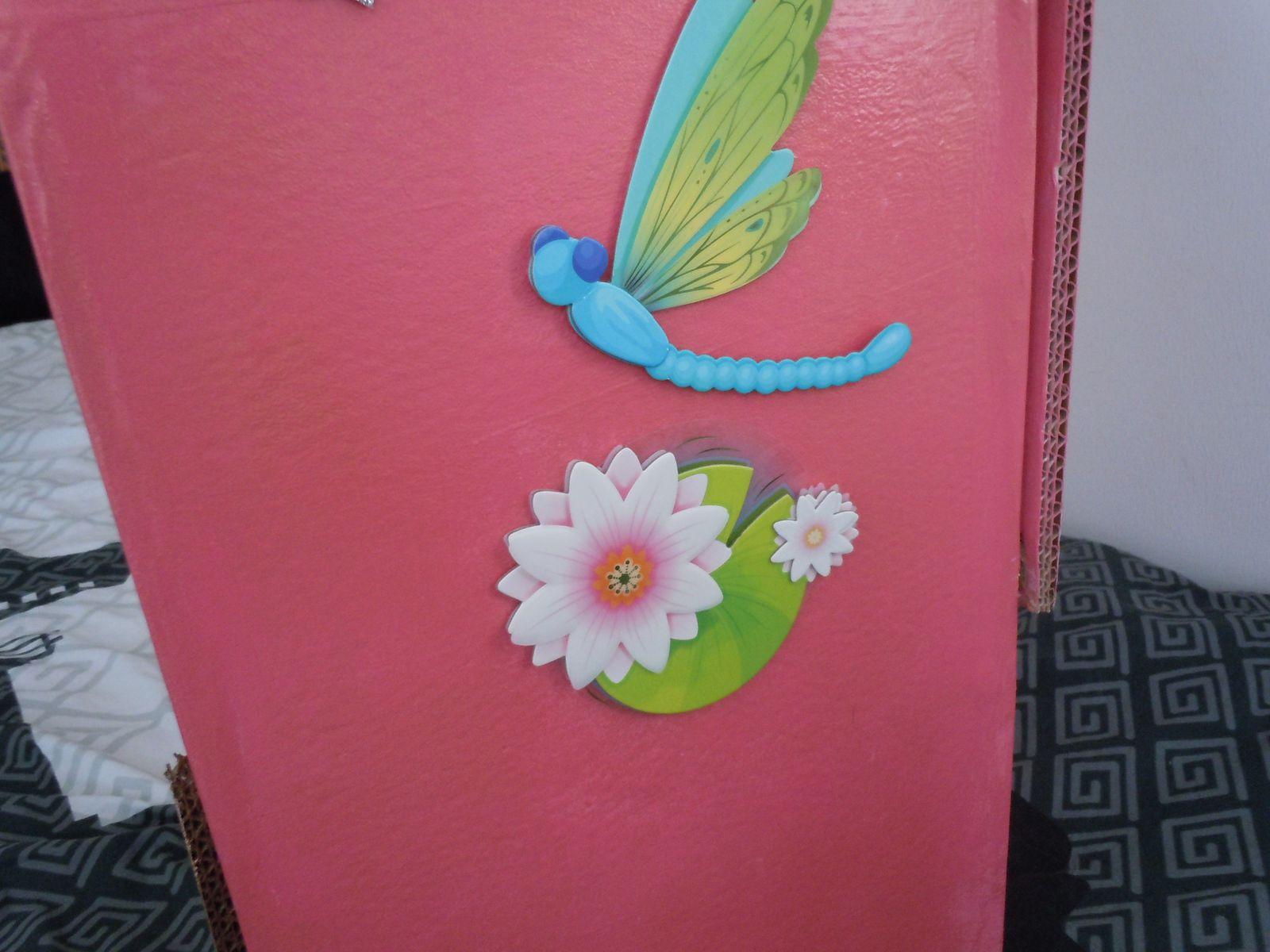 Place a la déco,nénuphare et libellule en relief, on ne voit pas sur la photo mais les ailes bougent!!